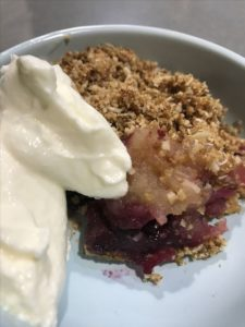 Simple Apple Berry Crumble | This is a simple healthy all-time winter favourite | https://www.simplyhappy.com.au//Simple Apple Berry Crumble/