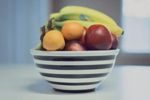 5 easy organisation tips for your kitchen to eat healthier | Family mealtime (does anyone else call it 'feeding time at the zoo?).| https://simplyhappy.com.au/5-kitchen-organisation-tips-to-eat-healthier/
